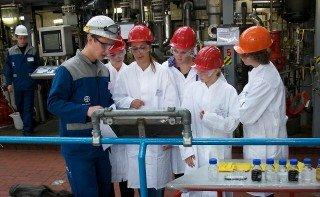 Praxiserfahrung: Schüler eines Grundkurses Chemie (Jahrgang 10) informieren sich über Produktionstechniken (Foto: WBG/Kuhlmann)