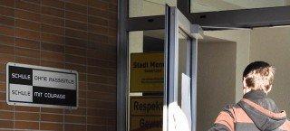 """2011 zertifiziert als """"Schule ohne Rassismus - Schule mit Courage"""" (Foto: SMMP/Hentrich)"""
