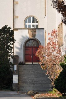 Eingang des Hauptgebäudes, das unter Denkmalschutz steht (Foto: SMMP/Hentrich)