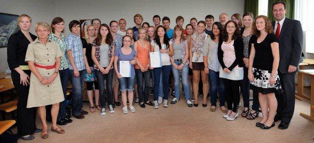 SIHK-Zertifikat für die Teilnehmer der Management-AG des Walburgisgymnasiums am 29. Juni 2011 (Foto: Westfalenpost/Weische)