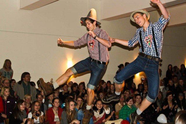 Bayrische Folklore begeistert beim Schulfest (Foto: WBG/Herber)