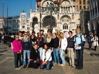 In Venedig: Erdkunde-LK mit Frau Mölle (re.) - Foto: WBG/Silvia Schmidt