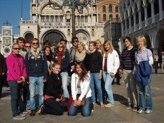 Der Erdkunde-LK mit Frau Mölle und Frau Schmidt (re.) im Oktober 2011 in Venedig (Foto: WBG/Mölle)