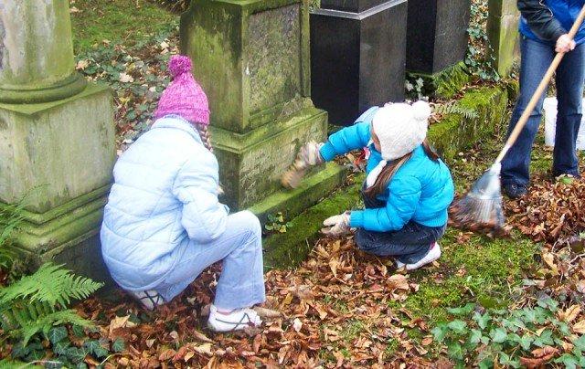 """Zeichen setzen: Friedhofspflege im Rahmen des Gemeinschaftsprojekts """"Jüdischer Friedhof Menden"""" (Foto: SMMP/Hentrich)"""