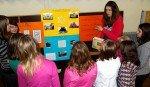 Lernen durch Lehren: Schülerinnen der Klasse 8a informieren Sechstklässler über Mendener Lokalgeschichte (Foto: SMMP/Hentrich)