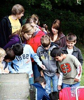 Scouts und ihre Schützlinge bei einer Freizeitaktion im Imkerhof Menden (Foto: www.rotary1900.de)