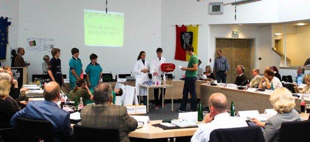Aufmerksame Ratsmitglieder bei der Präsentation des Roboter-Weltmeisterteams in der Sitzung des Stadtrats Menden (Foto: WBG/Mattner)