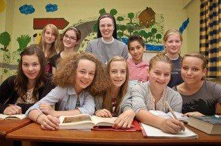 Schulleiterin Sr. Maria Thoma Dikow mit Schülern einer 7. Klasse