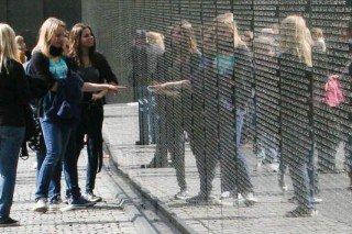 Nachdenkliche Momente im Vietnam Veterans' Memorial in Washington (Foto: WBG/Buse)