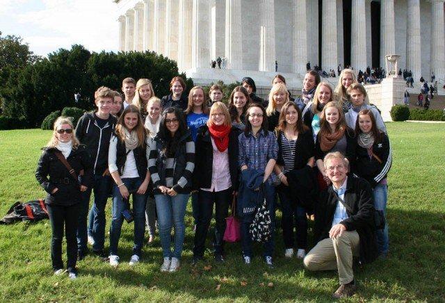 Mit vielen Eindrücken zurück aus den USA: Die WBG-Schüler in Begleitung von Frau Dieterle (li.) und Herrn Buse (vorn re.) vor dem Lincoln Memorial in Washington - Foto: WBG/Buse