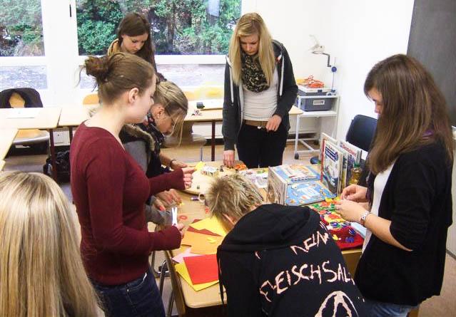 Die neuen Scouts der Oberstufe bereiten sich beim Wochenend-Workshop auf ihre Arbeit mit ausländischen Kindern vor (Foto: WBG/Harnischmacher)