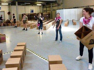 Tausende Pappkartons werden gefaltet und aufgestellt (Foto: WBG/Kuhlmann)