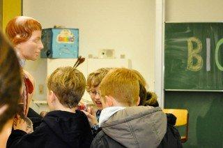 """Selbständig und mit Teamgeist: Guides des WBG führen Grundschüler durch """"ihre"""" Schule"""". (Foto: SMMP/Hentrich)"""