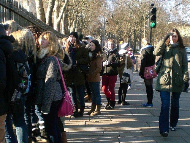 """Walburgisschüler/innen warten auf ein Highlight Londons: """"The Changing of the Guard"""" muss man gesehen haben (Foto: WBG/Sauer)"""