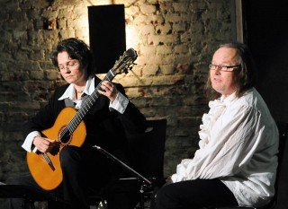 Gitarristin Sabine Thielmann und Schaupieler Hans Peter Krüger bringen Shakespeares Vorlage zu Gehör. (Foto: neubauerphoto)