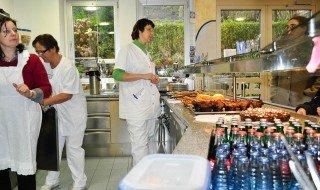 Frau Betken (r.) und Frau Koziol (Mitte) freuen sich über Hilfe für das Frühstücksangebot in der Cafeteria. (Foto: SMMP/Hentrich)