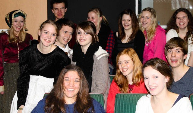 Das Ensemble des Jugentheaters, unter ihnen Walburgisschüler (Foto: WBG/Sauer)