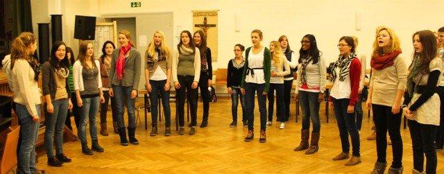 Der Chor probt für OLIVER! (Foto: WBG/Sauer)