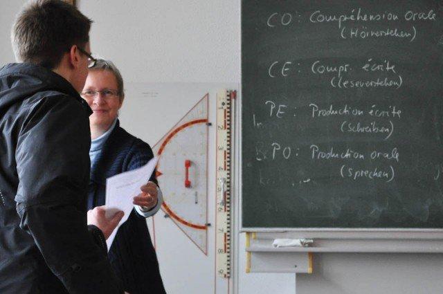Kursleiterin Mechthild Vosskuhl überreicht das DELF-Sprachdiplom für sehr gute Leistungen in Französisch. (Foto: SMMP/Hentrich)