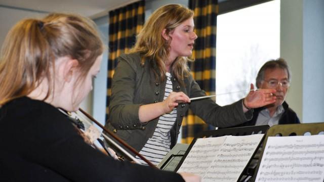 Annalena Hösel (Stufe 13) dirigiert die Walburgisschüler unter den Augen (und Ohren) von Claus Eickhoff, dem künstlerischen Leiter des Ruhrstadt Orchesters Schwerte. (Foto: SMMP/Hentrich)