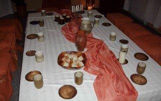 """Mit Jesus und den Jüngern im Abendmahlssaal sein: Eine der Stationen des """"Ostergartens 2012"""", den die Klasse 6a in Fröndenberg besuchte. (Foto: WBG/Diekmann)"""