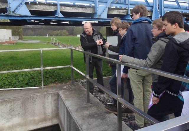 Schüler des ULÖ-Kurses mit ihrem Lehrer Helmut Semer an einem Becken der Anlage: Prüfende Blicke auf das Ruhrwasser, das hier vorgereinigt werden muss. (Foto: WBG/Semer)