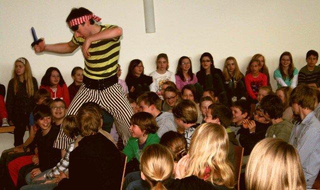 Spannung und Spaß im Publikum, während der Pirat in englischer Sprache Furcht und Schrecken verbreiten will. (Foto: WBG/Buse)