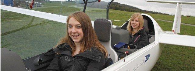 Johanna Böhm (Klasse 9a) und Jule Hoppe (Klasse 9c) bei der Ausbildung - sie werden bald selbst zum Segelflug starten. (Foto: Westfalenpost/Schad)