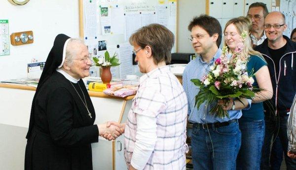 Das Lehrerkollegium gratuliert der Ehemaligen Schulleiterin Sr. Maria Virgina Schütze zu ihrem 80. Geburtstag. (Foto: WBG/Schrieck)