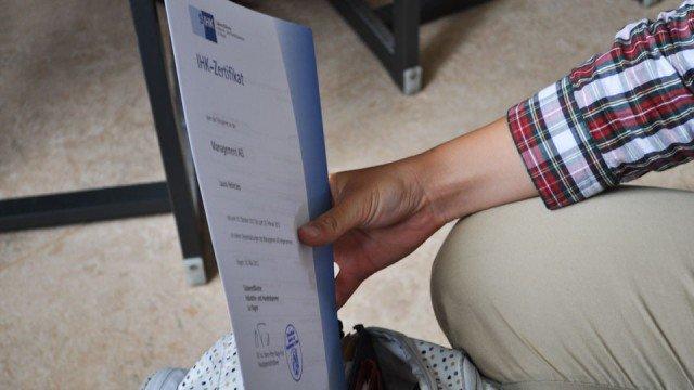 IHK-Zertifikat in der Tasche (Foto: Sr. Johanna Hentrich)