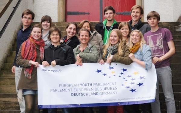 Das Organisationsteam am Haupteingang des WBG, das einer der Veranstaltungsorte des Europäischen Jugendparlaments Anfang Juli sein wird. (Foto: WBG/EYP)