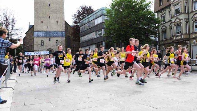 Start zum Mendener Schülerlauf: Die 61 Walburgisschüler holten den dritten Platz für ihre Schule - und 100 Euro Preisgeld. (Foto: WBG/Scheidt)