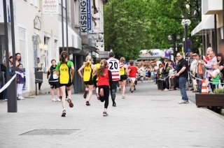 Schülerläufe 2013 in der Mendener Innenstadt: Zuschauer feuern die Läufer an, unter ihnen Familie und Freunde. (Foto: WBG/Scheidt)