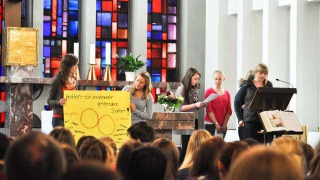 Rückblick auf das Sozialpraktikum im Schulgottesdienst der Jahrgangsstufe 9. (Foto: Sr. Johanna Hentrich)