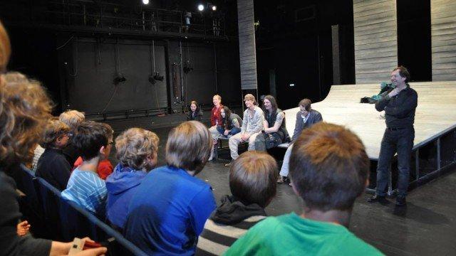 Schauspieler des Dortmunder Kinder- und Jugendtheaters im Gespräch mit der 5a. (Foto: SMMP/Hentrich)