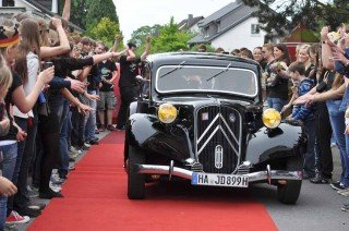 Die Limousine mit der Prominenz fährt vor ... (Foto: SMMP/Hentrich)
