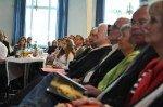 Schulleitung und Ehrengäste, unter ihnen Generaloberin Sr. Aloisia Höing und Barbara Lewald, stellvertretende Bürgermeisterin der Stadt Menden (3.v.re.) verfolgen aufmerksam das Programm. (Foto: SMMP/Hentrich)