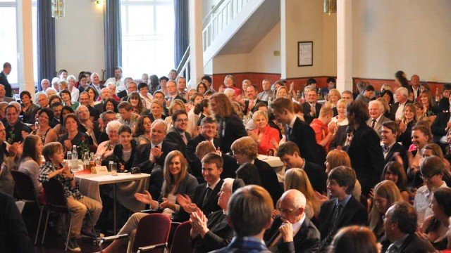 """Freude über den Erfolg der 119 Abiturienten, denen das Abiturzeugnis feierlich beim Festakt im """"Kultur- und Begegnungszentrum Wilhelmshöne Menden"""" überreicht wurde. (Foto: SMMP/Hentrich)"""