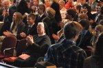 Beifall aus dem Publikum für jeden Abiturienten. Auch Generaloberin Sr. Aloisia Höing freut sich mit den Schülern. (Foto: SMMP/Hentrich)
