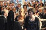 Sr. Maria Thoma Dikow, Schulleiterin des WBG, mit einer Abiturientin bei der Zeugnisübergabe. (Foto: SMMP/Hentrich)