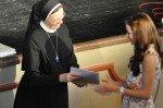 """""""Herzlichen Glückwunsch""""! Schulleiterin Sr. Maria Thoma Dikow gratuliert persönlich. (Foto: SMMP/Hentrich)"""