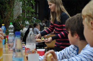 Klassenfest mit Mitschülern, Eltern und Geschwistern auf dem Schulgelände. (Foto: SMMP/Hentrich)