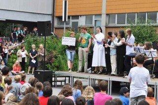 """Die beiden Schülersprecher übergeben den Scheck mit dem Erlös des """"Hungermarsches"""". (Foto: SMMP/Hentrich)"""