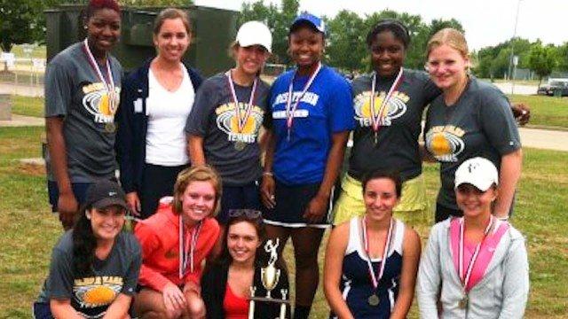 Friederike (2. Reihe rechts) holte mit ihrem High-School-Team den Sieg bei den regional champs im Tennis. (Foto: WBG/Schröer)