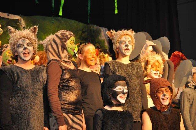 """Bei der letzten Aufführung des """"Dschungelbuchs"""" vor Schülern der Mendener Grundschulen gaben die Darsteller noch einmal alles. (Foto: SMMP/Hentrich)"""