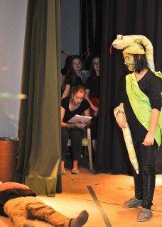 Hinter den Kulissen: Während die Szene auf der Bühne läuft, verfolgt die Teamerin den Text, souffliert wenn nötig und betreut die Schauspieler. (Foto: SMMP/Hentrich)