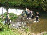 Untersuchung der Wasserqualität der Hönne in Arbeitsgruppen. (Foto: WBG/Eggers)