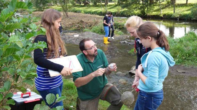 Herr Hering vom Naturschutzzentrum Arche Noah Menden erklärt den Schülerinnen des ULÖ-Kurses die Methode der Gewässeruntersuchung. (Foto: WBG/Semer)