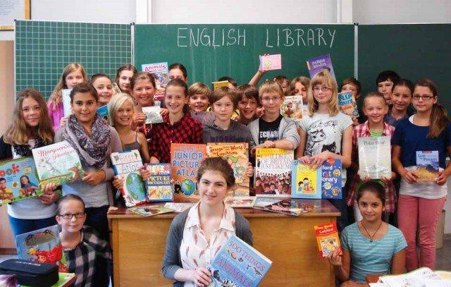 Englisch lernen mit Büchern von englischen Freunden: Die Schüler der Klasse 6b freuen sich über ihre englische Klassenbücherei. (Foto: WBG/Schmidt)