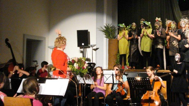 Ein grandioser Erfolg aller Beteiligten: Sieglinde Diris dankt den Akteuren des Musicals. (Foto: WBG/Schmidt)